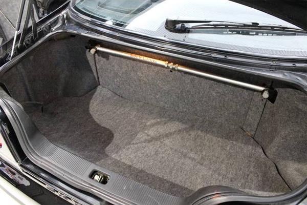 Nissan Skyline R33 GTS-T Type M Spec 2 (1996): Kofferraum mit Domstrebe