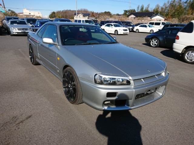 Nissan Skyline R34 GT-T: Front 1